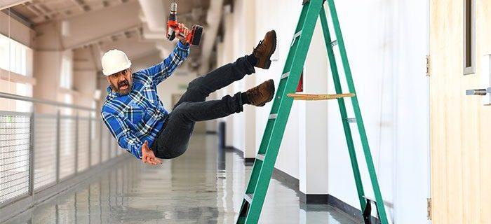 Scuotere la scala e far cadere il vicino arrampicato non configura il reato di percosse!